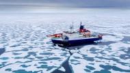 Polarstern auf ihrer Fahrt in Richtung Nordpol. Im Sommer schmilzt durch die Wärme das Eis und erodiert.