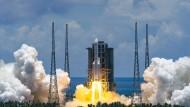 """Die Trägerrakete vom Typ """"Langer Marsch 5"""" hebt vom Raumfahrtbahnhof auf der südchinesischen Insel Hainan ab."""