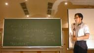 Hat der japanische Mathematiker Shin'ichi Mochizuki, hier bei einem Vortrag an der Universität Tokushima, die ABC-Vermutung tatsächlich bewiesen?