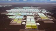 Lithiumgewinnung in Chile: In großen Becken lässt man Salzwasser verdunsten, bis das Salz übrig bleibt. Anschließend extrahiert man daraus Lithiumkarbonat.