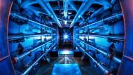 Vorverstärker des Hochleistungslasers an der National Ignition Facility in Berkeley. Die Anlage erzeugt pro Laserpuls eine Energie von 1.8 Megajoule, was einer Pulsleistung von zwei Petawatt entspricht.
