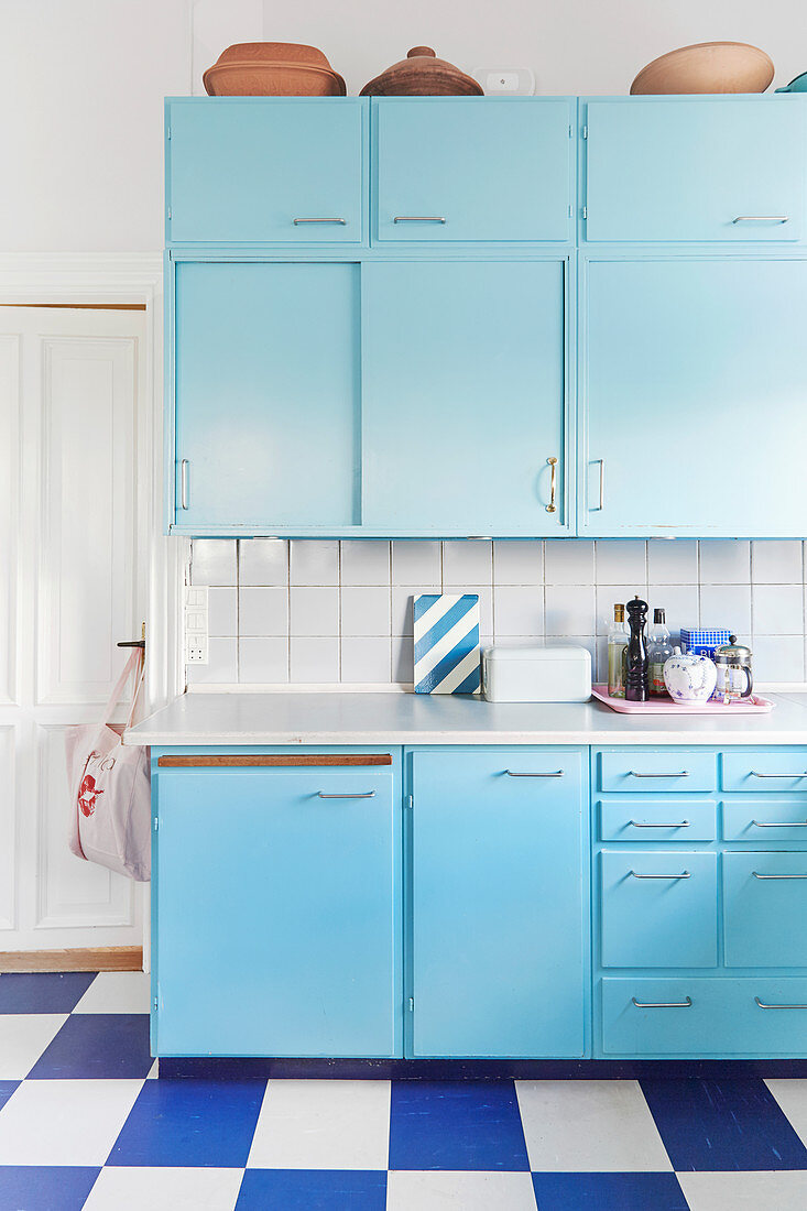 https www living4media gr images 12676089 pale blue retro kitchen with blue and white chequered floor