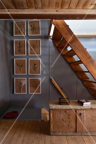 Alte Holztreppen im rustikalen Flur mit Holztruhe und
