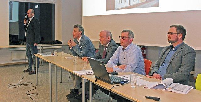 Frank Irmer (v.li.), Hans-Jürgen Detje, Dr. Klaus Halter, Knut Willenbockel und Jan-Henning Pantel stellten sich der Kritik Foto: jab