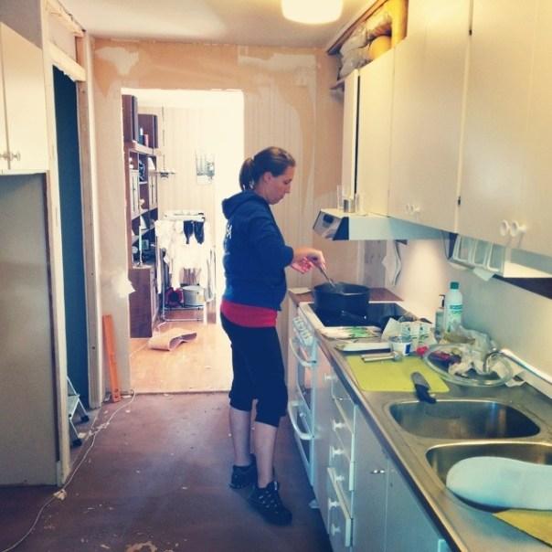 @mathea1978 lagar mat i kaoset. @benita1978 övervakar och @niclastjockenlindberg stjälper till med mattrivning!
