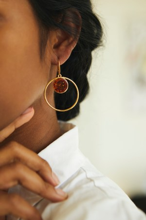 Gold-plated hanging earrings with cognac amber