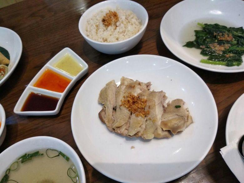 Mama's Chicken Rice Mama Malaka dengan Nasi lemak, Chicken soup dan Tumis Kailan