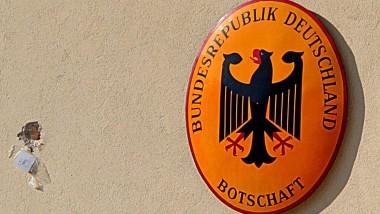 Knapp daneben: Einer von 15 Schüssen schlug neben dem Deutschlandemblem der Botschafterresidenz in Athen ein