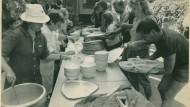 Sommer 1989: Im Garten der Pfarrei Zugliget in Budapest bekommen Flüchtlinge aus der DDR zu Essen.