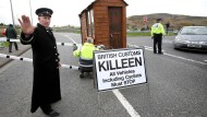 Sieht es so bald dauerhaft an der irischen Grenze aus? Kostümierte Brexit-Gegner stellten im März schon einmal ein Zollhäuschen auf.