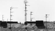 Spielwiese der Wendejugend: Der Fernsehturm im Berliner Dunst, gesehen von der Eberswalder Straße aus
