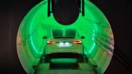 Heute: Ein E-Auto von Tesla im Hawthorne-Test-Tunnel in Kalifornien.