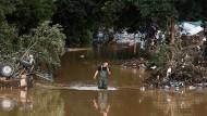 Ein Mann watet durch das Hochwasser im Kreis Bad Neuenahr-Ahrweiler.