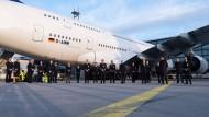 Die Crew des Flugs LH773 steht nach der Landung vor dem Airbus A380 der Fluggesellschaft Lufthansa am Flughafen Frankfurt.