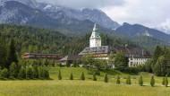 """Das Luxushotel """"Schloss Elmau"""" wartet auf den Sieger des Börsenspiels."""