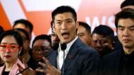 Parteigründer Thanathorn Juangroongruangkit und andere Parteimitglieder geben sich nach dem Gerichtsurteil kämpferisch.