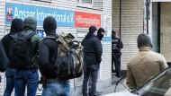 Durchsuchung: Polizeibeamte stehen vor dem Gebäude des Vereins Ansaar International in Düsseldorf am Morgen des 5. Mai.