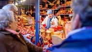 Standhaft: Klaus Müller verkauft seit 41 Jahren selbstgemachtes Holzspielzeug auf dem Frankfurter Weihnachtsmarkt.