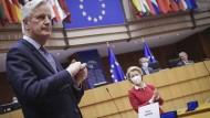 Der ehemalige Brexit-Chefunterhändler der EU Michel Barnier und Kommissionspräsidentin Ursula von der Leyen am 27. April im Europaparlament