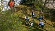 Im Garten der Frankfurter Bergkirche bereiten sich die Konfirmanden auf ihren Vorstellungsgottesdienst vor.