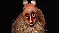 Eine bemalte Holzmaske mit Hörnern von einem Künstler aus der Pende-Region.
