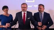 Wahlsieger: Spolu-Spitzenkandidat Petr Fiala (Mitte) tritt mit den Vorsitzenden der politischen Bündnispartner am Samstagabend in Prag vor die Presse.