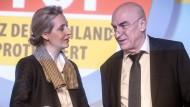 Alice Weidel, Fraktionsvorsitzende der Alternative für Deutschland (AfD), spricht im November in Magdeburg mit Klaus Fohrmann, dem Schatzmeister der Partei.