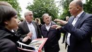Bundespräsident  Steinmeier (2.v.l.) und Ministerpräsident Laschet (3.v.l., CDU) sprechen mit Landrat Rock (r) in Erftstadt (Nordrhein-Westfalen).