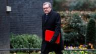 Schottland-Minister David Mundell begibt sich mit düsterer Mine zum Sitz der Premierministerin May in der Downingstreet.