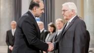 Bundespräsident Frank-Walter Steinmeier begrüßt den iranischen Botschafter Mahmoud Farazandeh am 13. Januar 2020 beim Neujahrsempfang für das Diplomatische Korps im Schloss Bellevue.
