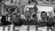 Während der argentinischen Militärdiktatur wurden Hunderte Kinder von verschleppten oder umgebrachten Frauen im Geheimen zur Adoption freigegeben. Das Bild zeigt Mütter, die 1979 in Buenos Aires gegen dieses Vorgehen demonstrierten.