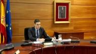 Schwierige Stunden: Spaniens Ministerpräsident Pedro Sanchez während einer Kabinettssitzung per Videokonferenz