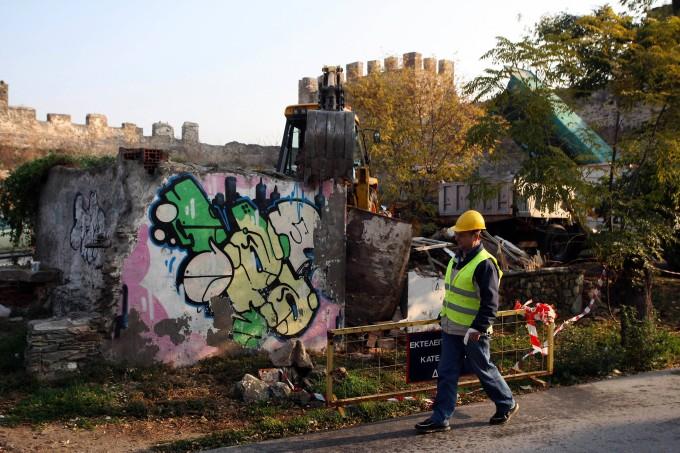 Ein Bauarbeiter beaufsichtigt den Abriss eines illegal errichteten Gebäudes in Thessaloniki.