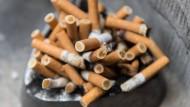 Voller Aschenbecher: Tabakwerbeverbote sollen junge Menschen vom Rauchen abhalten.