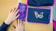 Wegen steigender Infektionszahlen entschließen sich immer mehr Bundesländer in den Schulen eine Maskenpflicht außerhalb des Unterrichts zu erlassen.