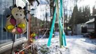 """Windspiele hängen an einem Gebäude auf dem Campingplatz """"Eichwald"""" in Lüdge."""