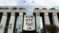 Über dem Haupteingang des Obersten Gerichts in Warschau hängt im Herbst 2018 ein Banner mit der Aufschrift «Konsytucja» (Verfassung).