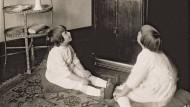 Aus der Blackbox tönt eine Stimme – zwei Mädchen 1925 vor dem Phonoschrank
