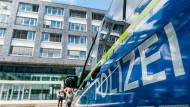Im Polizeipräsidium Frankfurt sollen mehr Beamte als bisher angegeben von den rechtsextremen Chats gewusst haben.