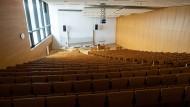 Blick in einen leeren Hörsaal des Hörsaalzentrums auf dem Campus Westend der Goethe-Universität Frankfurt