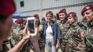 Neues Terrain: Kramp-Karrenbauer posiert in Arbil mit kurdischen Peschmerga-Kämpferinnen für ein Erinnerungsfoto.