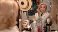 Findet eine neue Rolle: Carla (Maren Kroymann) bereitet sich auf ihren Varieté-Auftritt vor.