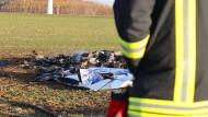 Das Flugzeug stürzte am frühen Nachmittag auf einem Feld nahe der Autobahn 4 bei Ronneburg ab.