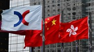 Die Flaggen von Hongkong, China und der Hongkonger Börse (von links)