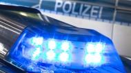 Bei einer Kontrolle in Berlin gibt ein Autofahrer plötzlich Gas und liefert sich eine Verfolgungsjagd mit den Beamten.