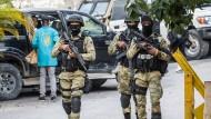 Bewaffnete Sicherheitskräfte patrouillieren vor der Residenz des ermordeten Präsidenten in Port-au-Prince.