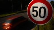 Nach der Straßenverkehrsordnung, die wegen eines Formfehlers als ausgesetzt gilt, droht ein Führerscheinentzug, wenn man innerorts 21 Kilometer in der Stunde zu schnell fährt oder außerorts 26 Kilometer.