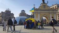 """Mitglieder und Freiwillige der ukrainischen Bürgerinitiative """"Widsitsch"""" am Samstag auf dem Majdan in Kiew"""