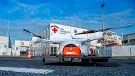 Eine Drohne steht vor dem Corona Behandlungszentrum: Technik soll bei der Pandemiebekämpfung helfen.