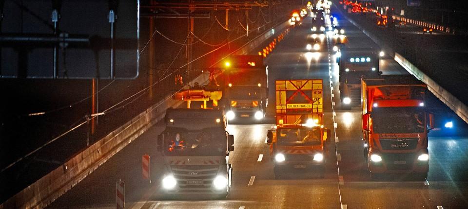 Unter Ökostrom: Vom späten Frühjahr an sollen Oberleitungs-Lastwagen über die Teststrecke in der Nähe von Frankfurt rollen.